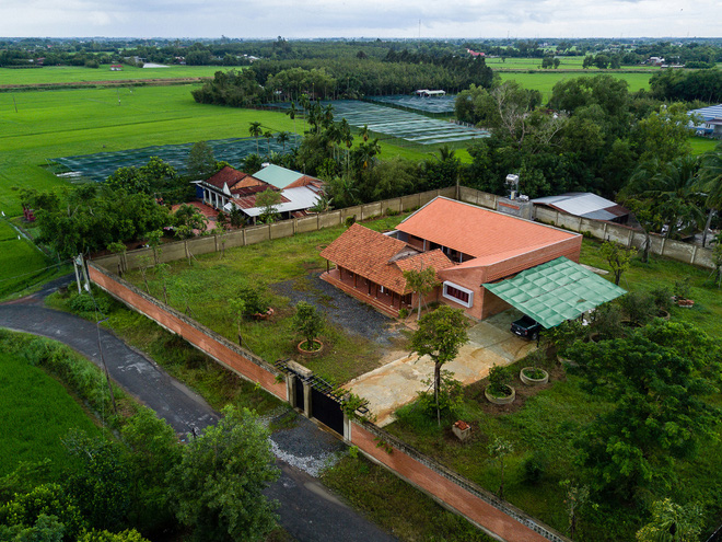 Mãn nhãn với ngôi nhà nội thất toàn bằng gỗ, như ốc đảo giữa nông thôn Việt Nam - Ảnh 2.