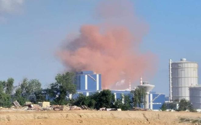 Nhà máy thép Hòa Phát Dung Quất nhả khói màu hồng bất thường