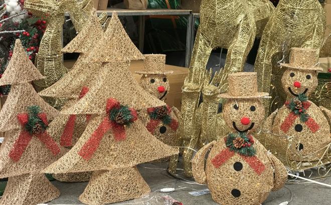 """Cây thông vàng, ông già Noel bạc """"sang chảnh"""" tại phố Cổ có giá cao ngất ngưởng vẫn cháy hàng"""