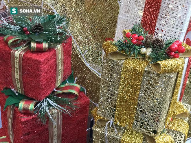 """Cây thông vàng, ông già Noel bạc """"sang chảnh"""" tại phố Cổ có giá cao ngất ngưởng vẫn cháy hàng - Ảnh 8."""