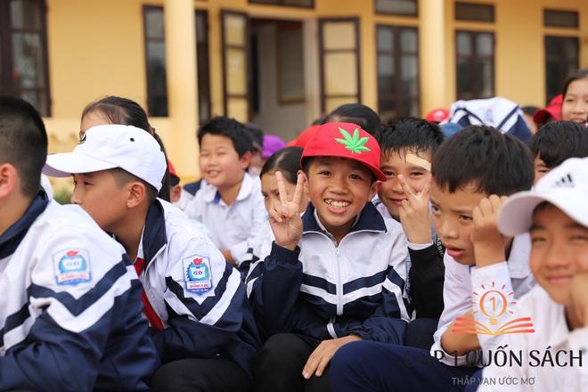Cuốn sách có chữ ký của Hà Đức Chinh đến tay học sinh ở quê hương Ngã Ba Đồng Lộc - Ảnh 13.