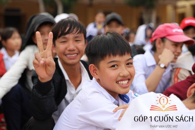 Cuốn sách có chữ ký của Hà Đức Chinh đến tay học sinh ở quê hương Ngã Ba Đồng Lộc - Ảnh 12.