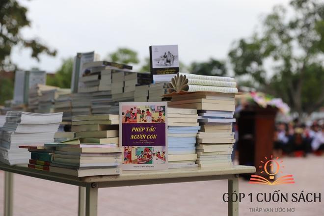 Cuốn sách có chữ ký của Hà Đức Chinh đến tay học sinh ở quê hương Ngã Ba Đồng Lộc - Ảnh 2.