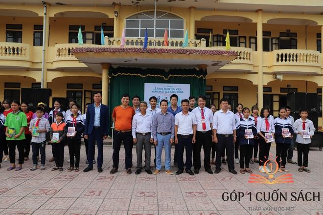 Cuốn sách có chữ ký của Hà Đức Chinh đến tay học sinh ở quê hương Ngã Ba Đồng Lộc - Ảnh 3.