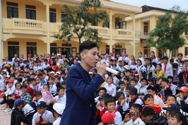 Cuốn sách có chữ ký của Hà Đức Chinh đến tay học sinh ở quê hương Ngã Ba Đồng Lộc - Ảnh 9.