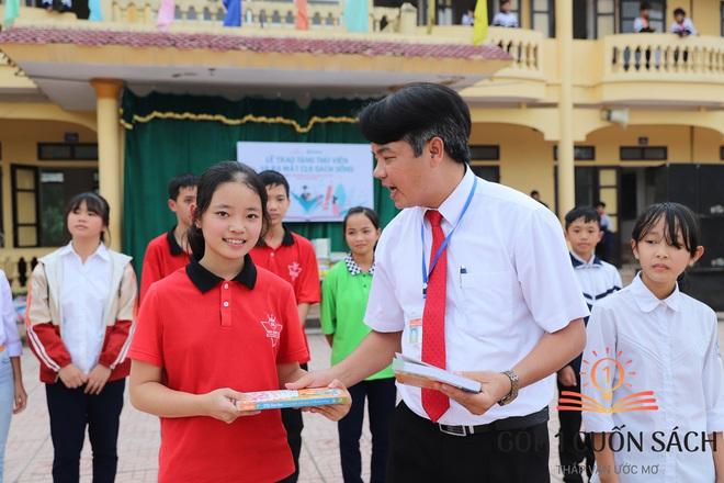 Cuốn sách có chữ ký của Hà Đức Chinh đến tay học sinh ở quê hương Ngã Ba Đồng Lộc - Ảnh 4.