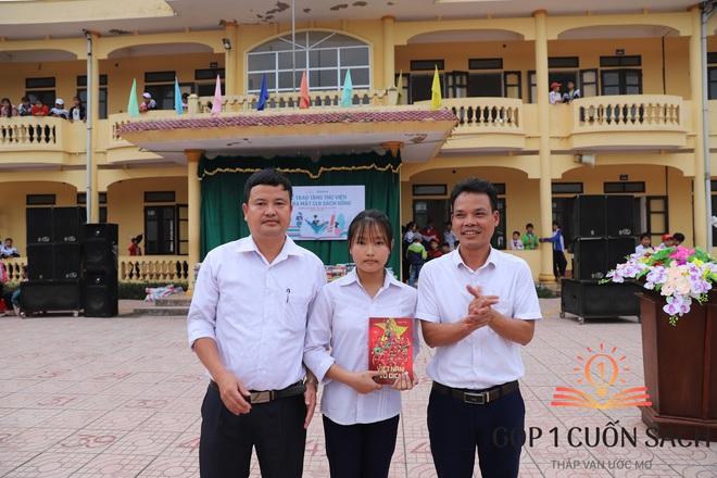 Cuốn sách có chữ ký của Hà Đức Chinh đến tay học sinh ở quê hương Ngã Ba Đồng Lộc - Ảnh 7.