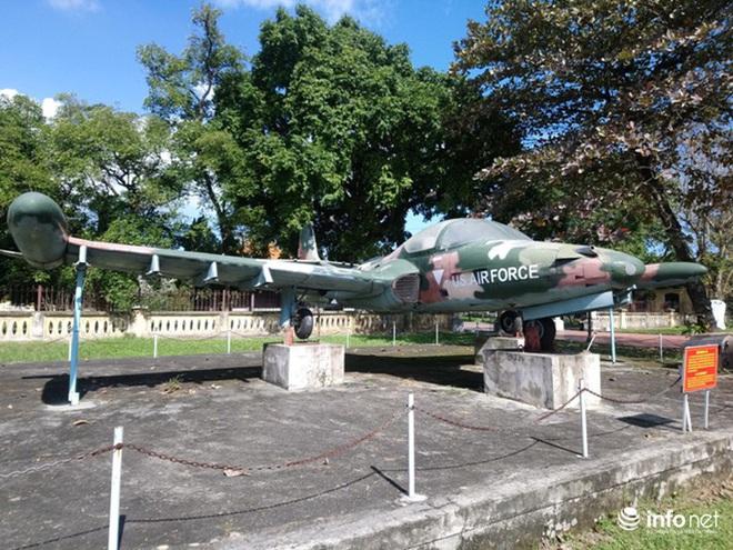 Cận cảnh 4 chiếc máy bay chiến đấu thần thánh trong Kinh thành Huế - Ảnh 2.