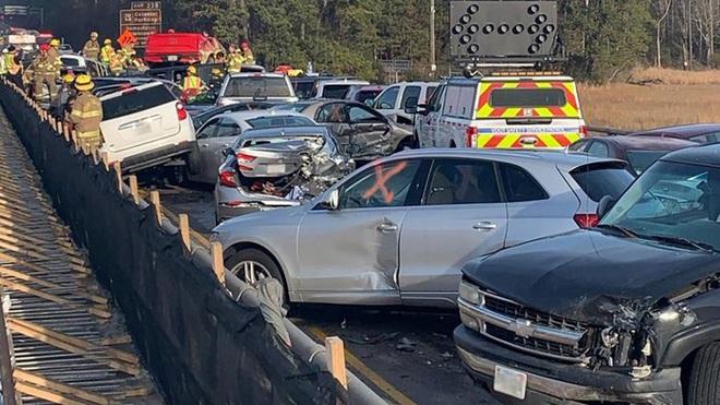 69 xe hơi lao chất chồng lên nhau trong tai nạn liên hoàn gây tắc nghẽn cao tốc Mỹ - Ảnh 2.
