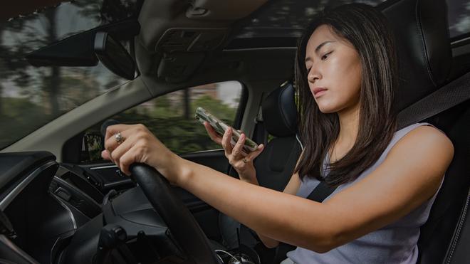 Những mối phân tâm không ngờ tiềm ẩn nguy hiểm khi lái xe - Ảnh 1.