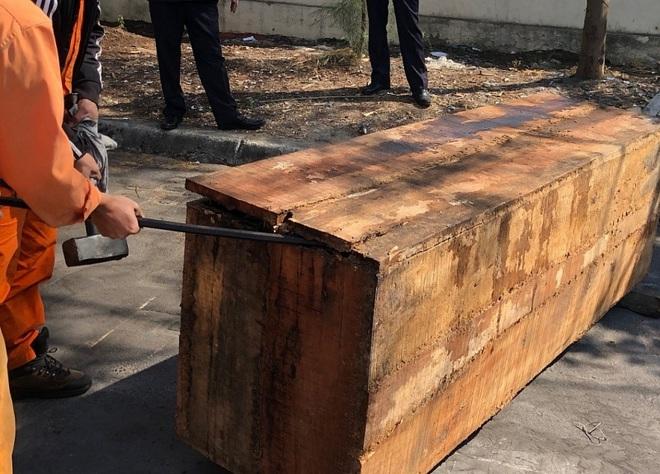 Cận cảnh 2 tấn ngà voi, vảy tê tê châu Phi ngụy trang trong hộp gỗ - Ảnh 4.