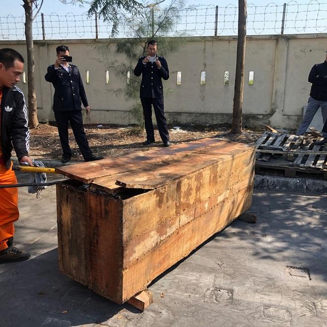 Cận cảnh 2 tấn ngà voi, vảy tê tê châu Phi ngụy trang trong hộp gỗ - Ảnh 5.