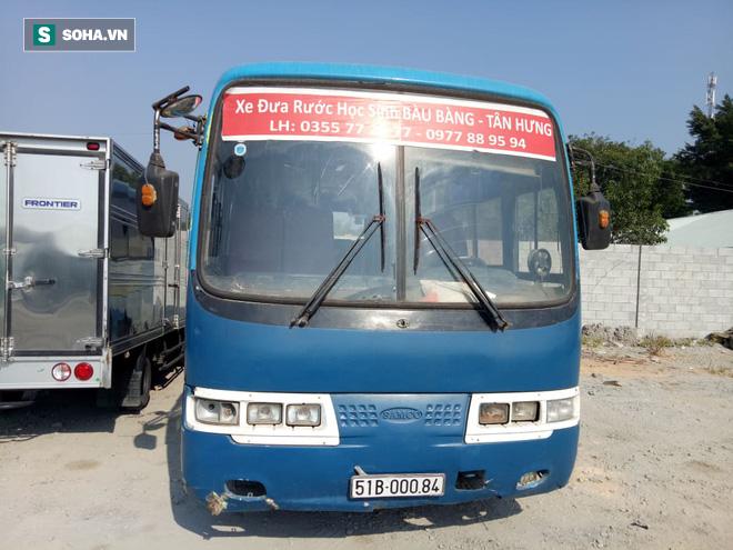 Bắt giữ xe khách 30 chỗ chuyên đưa đón học sinh hết hạn đăng kiểm  - Ảnh 1.