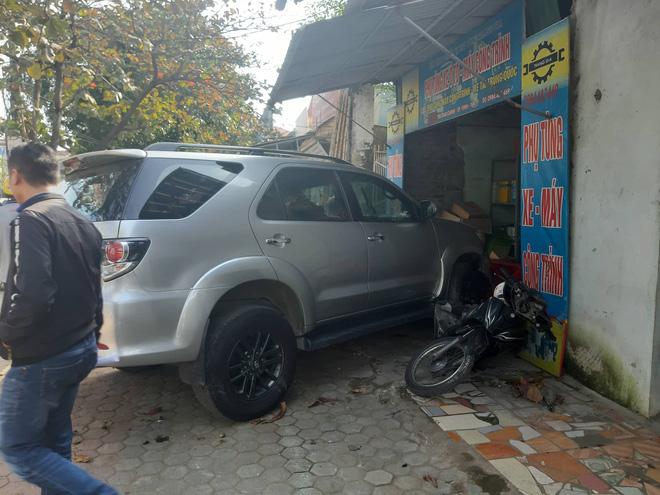 Ô tô mất lái tông liên hoàn 2 xe trên phố, rồi đâm vào cửa hàng có nhiều người ngồi chơi cờ - Ảnh 1.