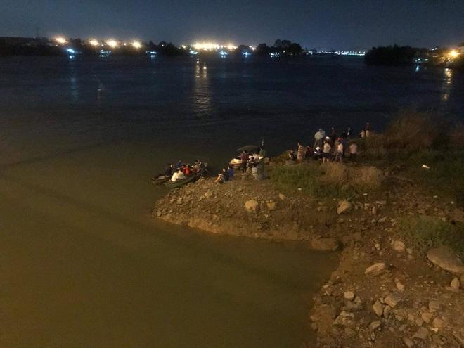 Tìm thấy thi thể học sinh lớp 8 bị rớt xuống sông Đồng Nai - Ảnh 1.