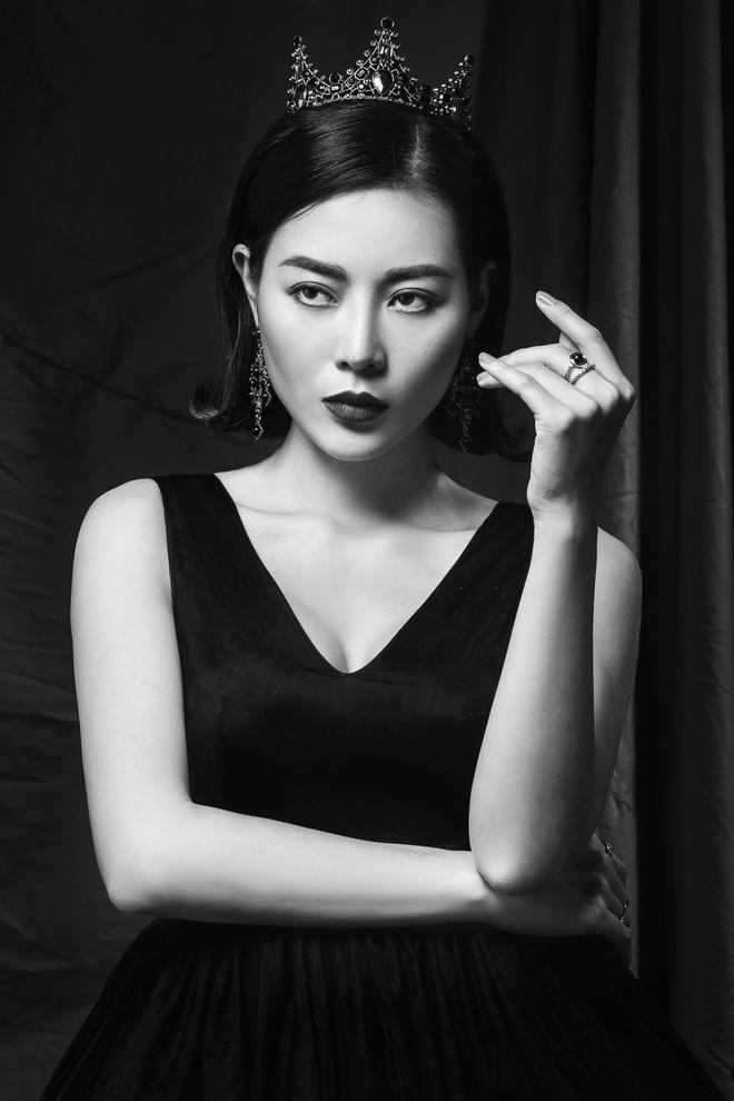 Diễn viên Thanh Hương đeo vương miện đen, khuôn mặt lạnh lùng, bí ẩn trong bộ ảnh mới - Ảnh 2.
