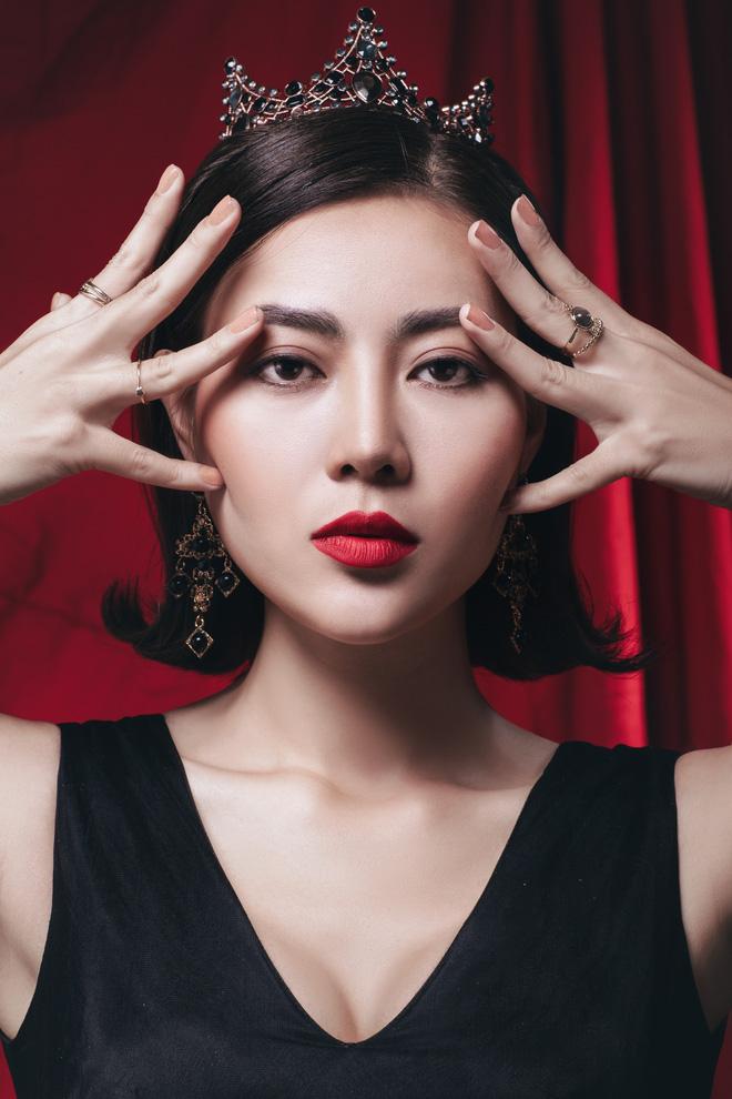 Diễn viên Thanh Hương đeo vương miện đen, khuôn mặt lạnh lùng, bí ẩn trong bộ ảnh mới - Ảnh 1.