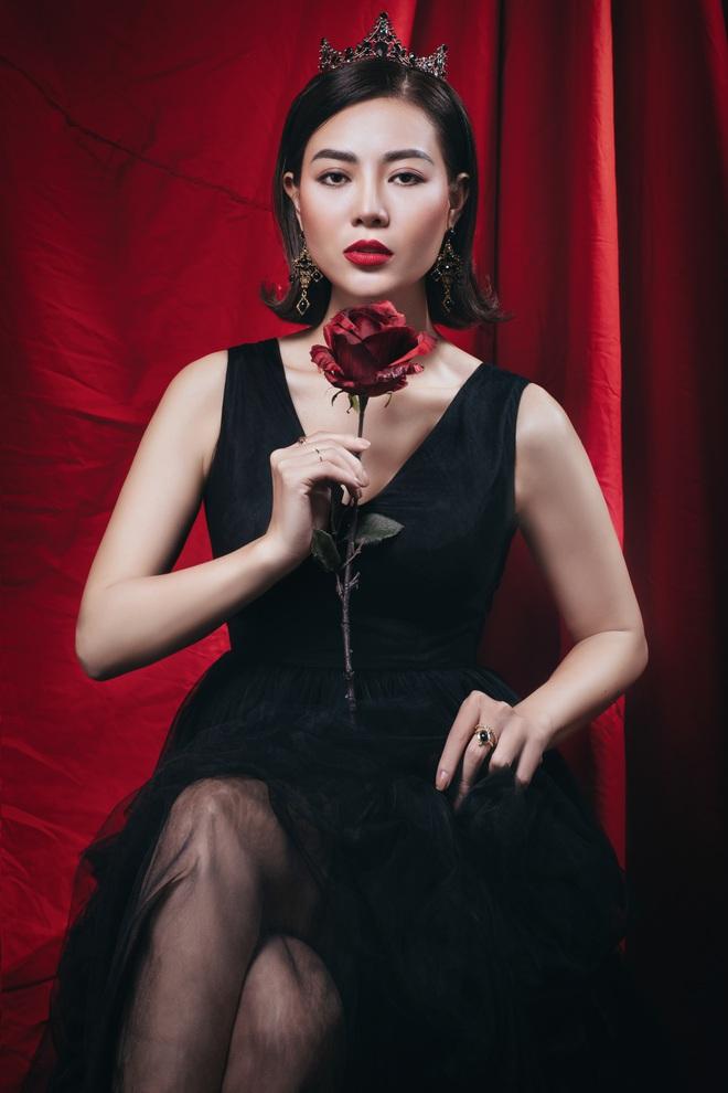 Diễn viên Thanh Hương đeo vương miện đen, khuôn mặt lạnh lùng, bí ẩn trong bộ ảnh mới - Ảnh 6.