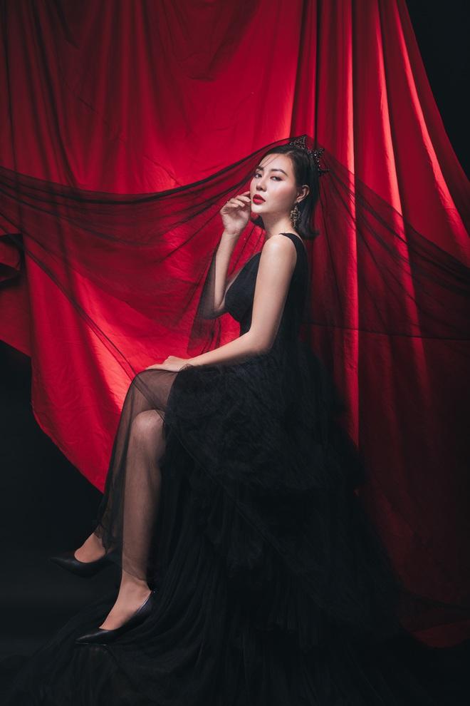 Diễn viên Thanh Hương đeo vương miện đen, khuôn mặt lạnh lùng, bí ẩn trong bộ ảnh mới - Ảnh 7.
