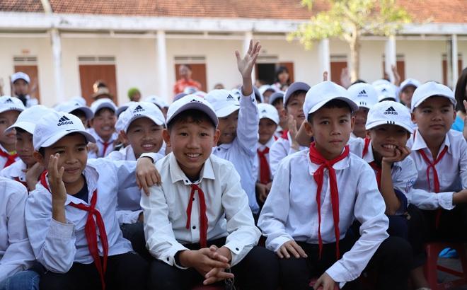 """Khi danh thủ Quang Hải, MC Thảo Vân """"duyệt"""" ước mơ của học sinh nghèo Can Lộc"""