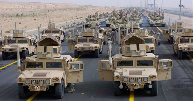 Đoàn xe tuần tra của quân cảnh Nga bị Mỹ chặn lại bằng vũ lực - Ảnh 1.