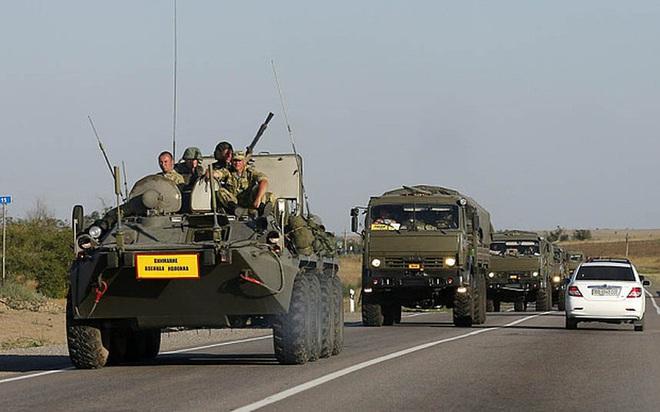 Đoàn xe tuần tra của quân cảnh Nga bị Mỹ chặn lại bằng vũ lực - Ảnh 13.