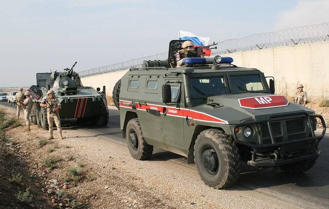 Đoàn xe tuần tra của quân cảnh Nga bị Mỹ chặn lại bằng vũ lực - Ảnh 15.