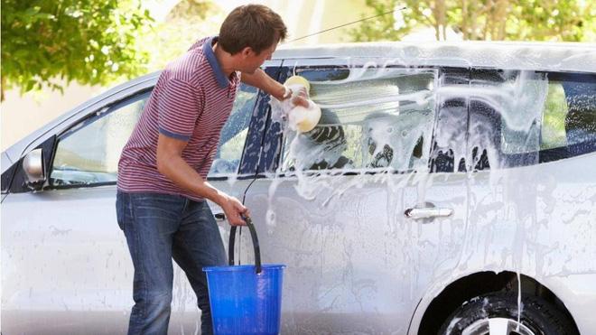 Những sai lầm thường gặp khi tự rửa ô tô tại nhà - Ảnh 2.