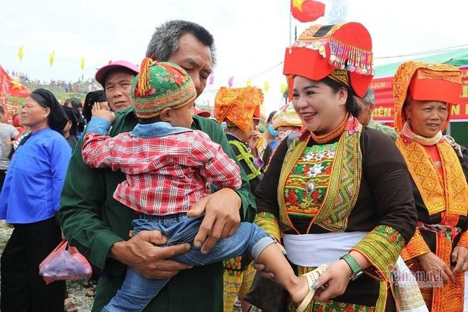 Đám cưới Lạng Sơn, chú rể vái lạy hơn 300 lần, cô dâu thay áo giữa đường - Ảnh 1.