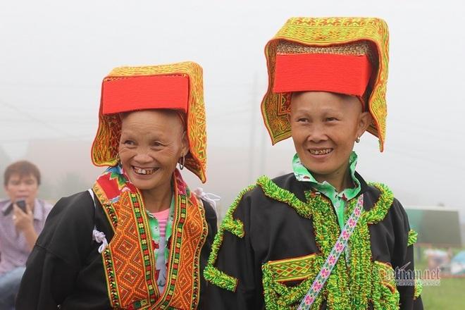 Đám cưới Lạng Sơn, chú rể vái lạy hơn 300 lần, cô dâu thay áo giữa đường - Ảnh 2.