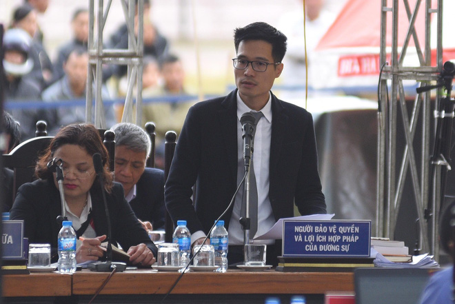 Người dân vỗ tay lớn khi luật sư đề nghị tăng khung hình phạt với Bùi Thị Kim Thu - Ảnh 1.