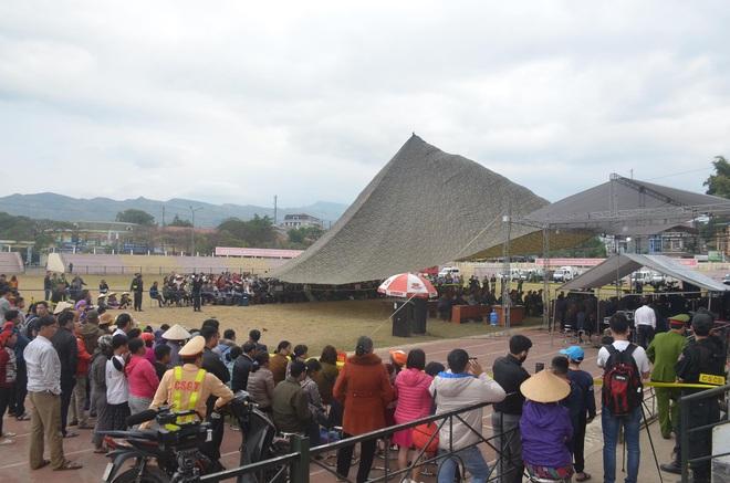 Người dân vỗ tay lớn khi luật sư đề nghị tăng khung hình phạt với Bùi Thị Kim Thu - Ảnh 5.