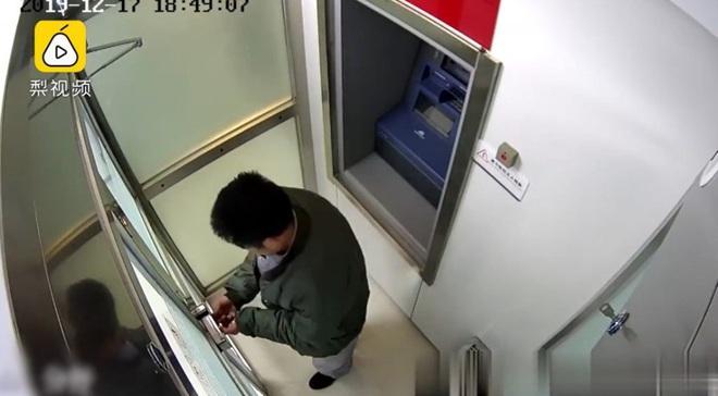 Đi cướp ATM nhưng quên cách mở cửa, tên cướp lú lẫn chốt sổ cuối năm trong đồn cảnh sát - Ảnh 2.