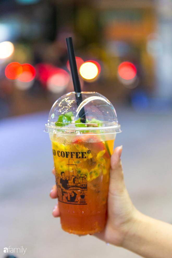 """Quán cà phê """"1 đô"""" lề đường bỗng nhiên trở thành cơn sốt ở Sài Gòn, mỗi đêm có hàng trăm người kéo tới ngồi xếp lớp dài cả chục mét - Ảnh 3."""