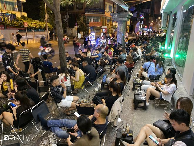 """Quán cà phê """"1 đô"""" lề đường bỗng nhiên trở thành cơn sốt ở Sài Gòn, mỗi đêm có hàng trăm người kéo tới ngồi xếp lớp dài cả chục mét - Ảnh 6."""