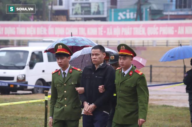 [Ảnh] Người dân đồng thanh la lớn khi Tòa tuyên 3 năm tù với bị cáo Bùi Thị Kim Thu  - Ảnh 9.