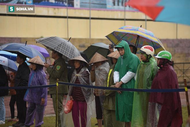 [Ảnh] Người dân đồng thanh la lớn khi Tòa tuyên 3 năm tù với bị cáo Bùi Thị Kim Thu  - Ảnh 6.