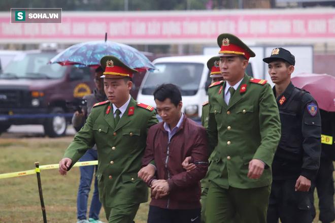 [Ảnh] Người dân đồng thanh la lớn khi Tòa tuyên 3 năm tù với bị cáo Bùi Thị Kim Thu  - Ảnh 10.