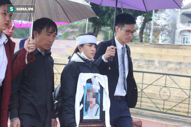 [Ảnh] Người dân đồng thanh la lớn khi Tòa tuyên 3 năm tù với bị cáo Bùi Thị Kim Thu  - Ảnh 14.