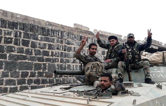 CẬP NHẬT: Căn cứ bị tập kích trong đêm, Pantsir-S1 của Syria bắn tới tấp - UAV phiến quân rơi lả tả - Ảnh 3.