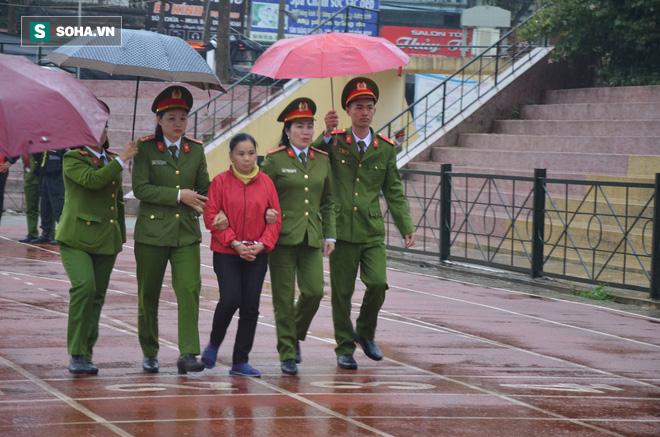 [Ảnh] Người dân đồng thanh la lớn khi Tòa tuyên 3 năm tù với bị cáo Bùi Thị Kim Thu  - Ảnh 7.