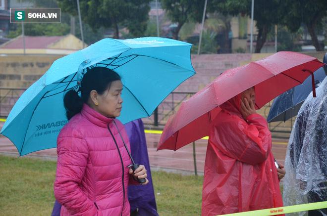 [Ảnh] Người dân đồng thanh la lớn khi Tòa tuyên 3 năm tù với bị cáo Bùi Thị Kim Thu  - Ảnh 4.
