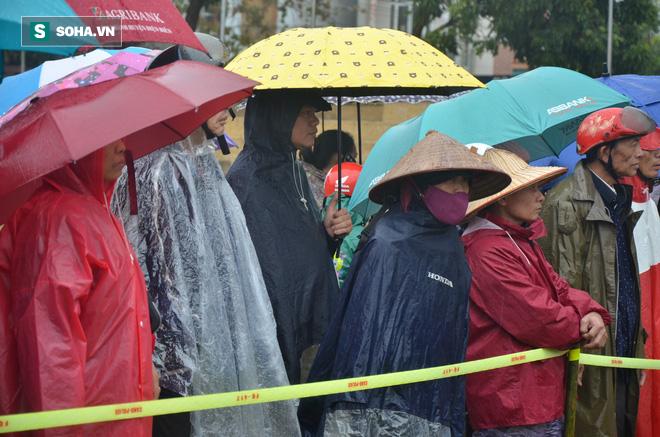 [Ảnh] Người dân đồng thanh la lớn khi Tòa tuyên 3 năm tù với bị cáo Bùi Thị Kim Thu  - Ảnh 5.