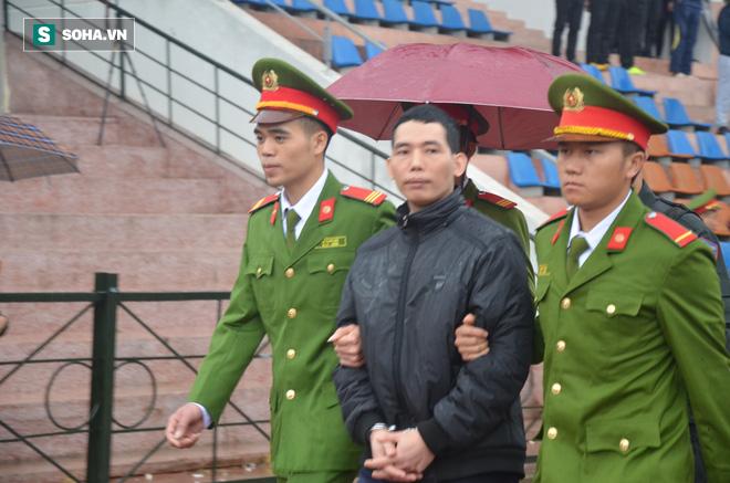 [Ảnh] Người dân đồng thanh la lớn khi Tòa tuyên 3 năm tù với bị cáo Bùi Thị Kim Thu  - Ảnh 11.