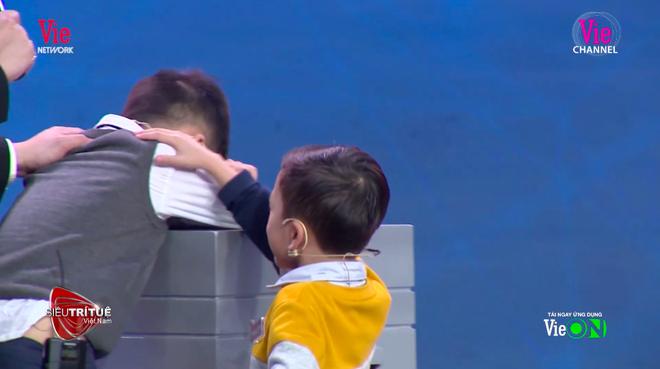 Siêu trí tuệ: Giọt nước mắt của cậu bé 7 tuổi ở câu hỏi cuối khiến cả trường quay lặng người - Ảnh 6.