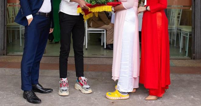 Hình ảnh trong lễ ăn hỏi gây sốt: Đôi nam nữ bê tráp và hai đôi giày kém duyên - ảnh 1