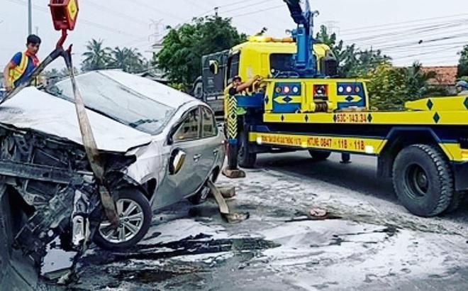 Ô tô 4 chỗ hất tung dải phân cách rồi bốc cháy trên cao tốc TP.HCM - Trung Lương