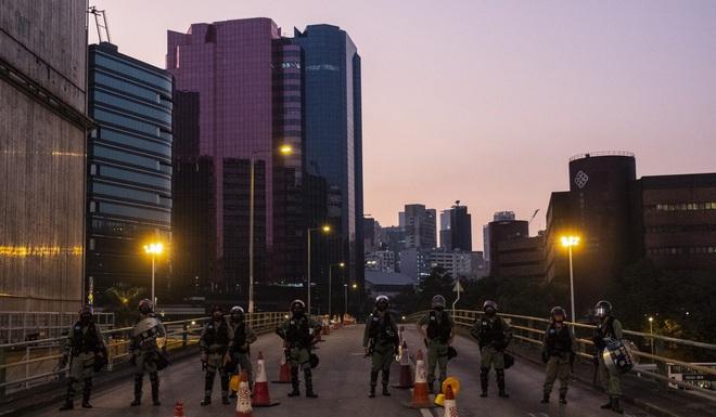 Kinh tế Hồng Kông đón hàng loạt tin dữ, sụt giảm đạt mức kỉ lục: Ai là người chịu trách nhiệm? - Ảnh 1.
