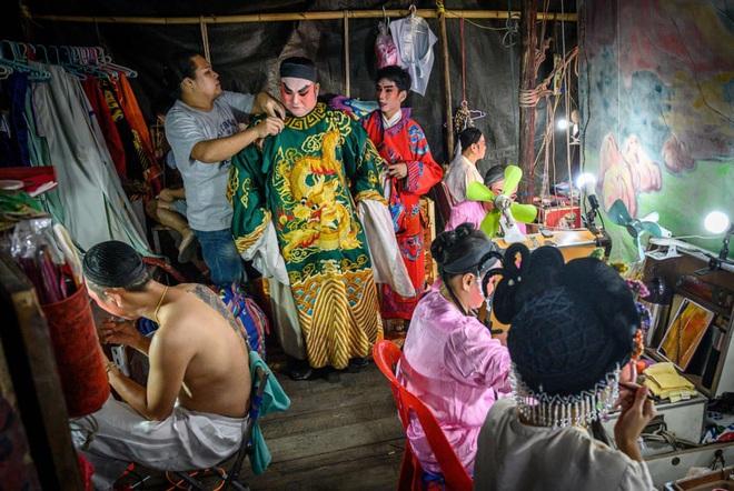 24h qua ảnh: Mọi người ném trứng vào nhau trong lễ hội Els Enfarinats - Ảnh 10.