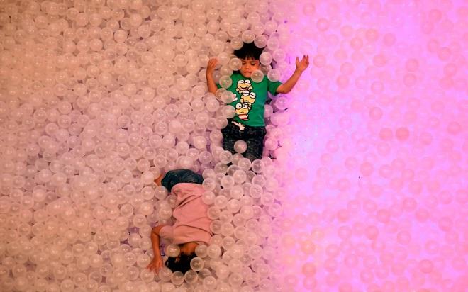 24h qua ảnh: Mọi người ném trứng vào nhau trong lễ hội Els Enfarinats - Ảnh 7.